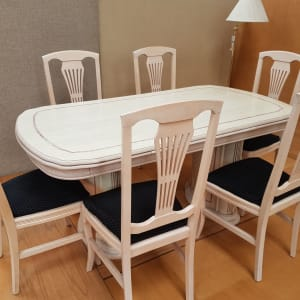 Extendable dining table and chairs -Bilstom